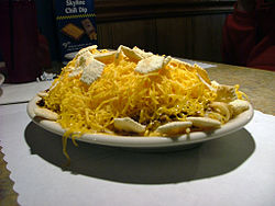 A Cincinnati chili 4-way garnished with oyster crackers