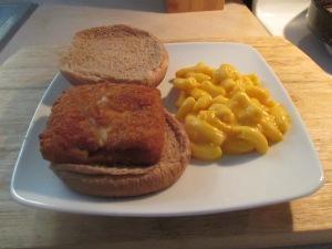Fish Sandwich w Mac & Cheese 011