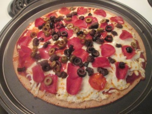 turkey-sausage-turkey-pepperoni-mushroom-and-olive-pizza-012